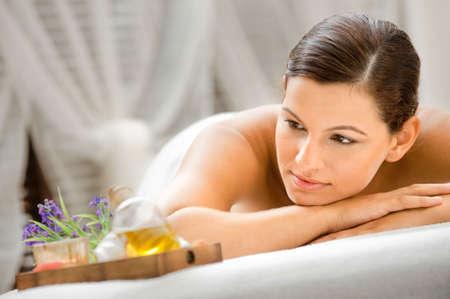 massage oil: Caucasiennes attrayant une femme couch�e dans un spa