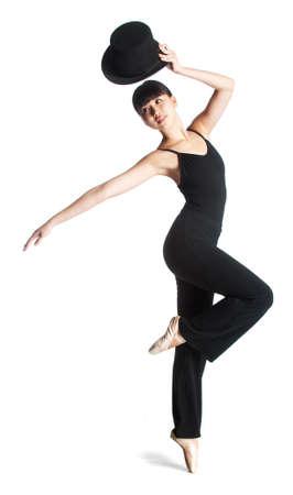 Een aantrekkelijke jonge ballerina vormt met een hoge hoed tegen witte achtergrond