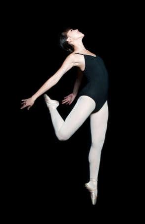 leotard: Eine junge asiatische T�nzerin dabei ein Ballett darstellen gegen schwarzen Hintergrund