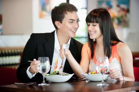 Un comedor Pareja joven y atractiva en un restaurante