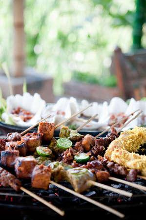 carnes y verduras: Una variedad de carnes pinchadas y verduras cocinar a la parrilla