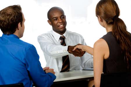 Ein Junge und professionellen Geschäftsmann Hände schütteln und sichern ein Geschäft in seinem Büro