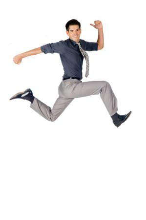 Eine attraktive athletic Geschäftsmann bis vor weißen Hintergrund springen