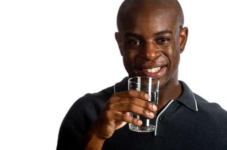 hombre flaco: Un hombre atractivo, beber un vaso de agua sobre fondo blanco Foto de archivo