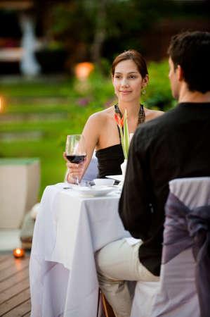 Ein attraktives caucasian paar habend eine formale mahlzeit outdoors
