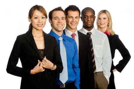 Eine Gruppe von jungen, attraktiven und vielfältigen Geschäftsleute in formalen tragen beieinander stehen auf weißem Hintergrund