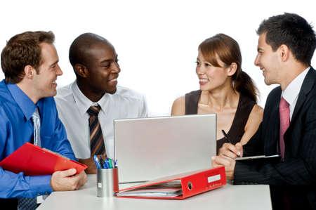 Eine junge und attraktive Gruppe von Fachleuten, die haben von einer Diskussion in Ihrem Büro vor weißem Hintergrund