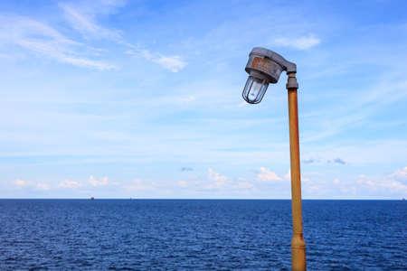 Gas Water Licht : Offshore Öl und gas hid licht im meer und himmel hintergrund