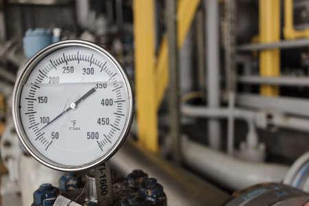 Lectura del indicador de temperatura en falenhine en la operación de petróleo y gas costa afuera.
