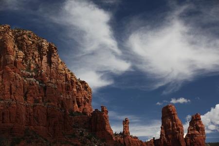 岩の形成と羽のような雲
