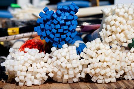 Bundels van kleurrijke kabelbinders gevonden op een tool-leveranciers tabel op een ruilbeurs.