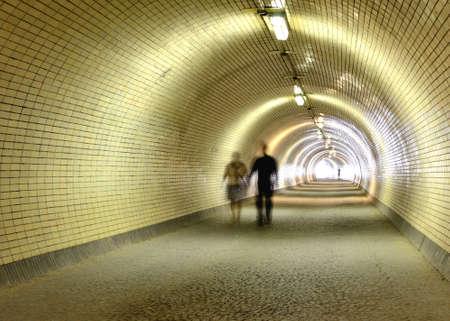 プラハのツィズコフ散歩する人々 とカーリンの地区間長いトンネル