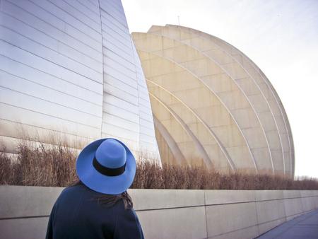 Frau betrachtet Architektur