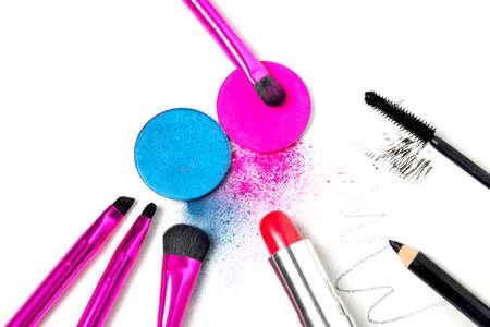 utiles de aseo personal: Herramientas del maquillaje - pinceles, sombras de ojos, lápiz labial, rimel y delineador de ojos Foto de archivo