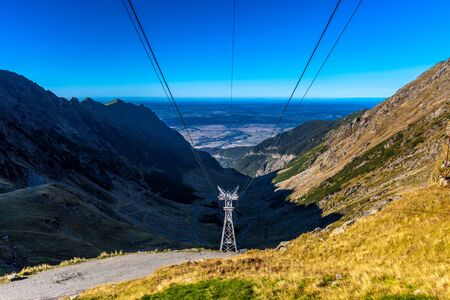 Telecabin Cable coming down from Balea Lake to Hotel Balea Waterfall, Cable Car over Transfagarasan Road in Romania 스톡 콘텐츠