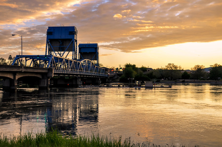 Lewiston - Clarkston blue bridge against vibrant evening sky 版權商用圖片