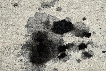 Motorolievlekken op betonnen bestrating / textuurachtergrond Stockfoto