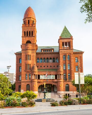 SAN ANTONIO, TEXAS - MAY25, 2019 - Bexar County Courthouse with famous golden Lady Justice water fountain in front Editoriali