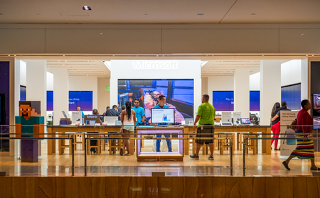 HOUSTON, TEXAS - AUGUST 22, 2019 - Microsoft store entrance inside The Galleria Mall (the biggest mall in Texas) with shoppers inteacting with the staff and gadgets 新聞圖片