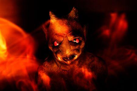 gargouille: Une gargouille est entour�e par les flammes dans un rendu artistique des profondeurs de l'enfer.  Banque d'images