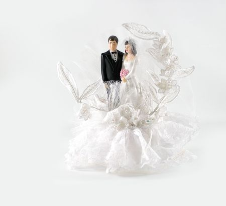 A bride and groom wedding cake decoration. Imagens