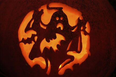 carving pumpkin: Un fantasma con murci�lagos calabaza talla.