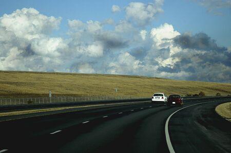 Auto's rijden op de snelweg richting van een storm