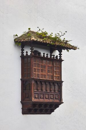 イコー デ ブドウ、テネリフェ島、スペインでの古代の木製バルコン 写真素材