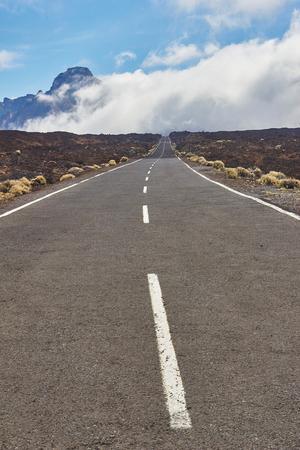 テネリフェ島のバルカン エル テイデ国立公園の長い方法道。 写真素材