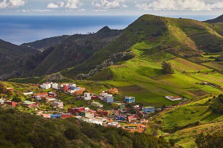 テネリフェ島のカナリア諸島の丘陵地帯の風光明媚なビュー