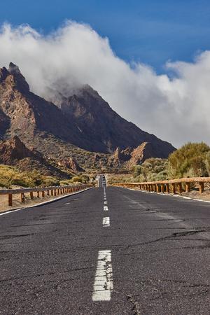 テネリフェ島のバルカン エル テイデ国立公園に長い方法道路