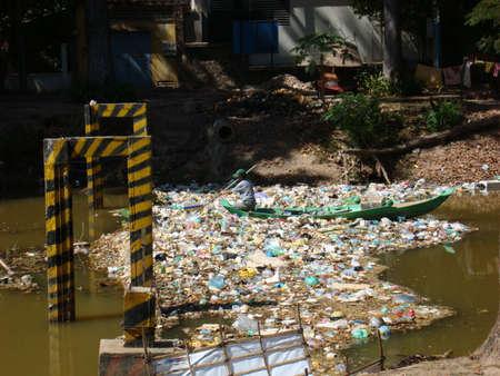 Vervuilde rivier in Cambodja