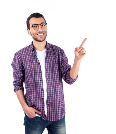 Hombre joven que sonríe - aislado en blanco