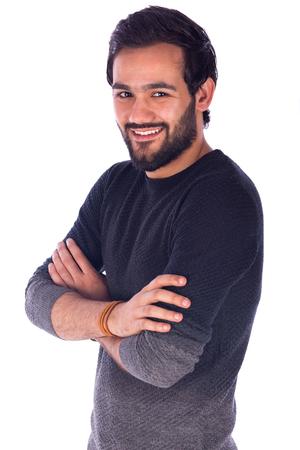 행복 하 게 잘 생긴 수염 웃 고 자신있게 서있는 젊은 남자의 초상화 회색 티셔츠를 입고 남자 흰색 배경에 고립 된 스톡 콘텐츠