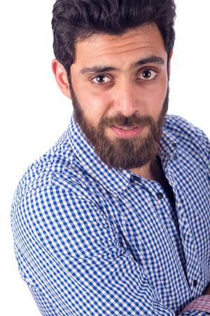 白い背景で隔離の青いシャツを着て髭の若い男の笑顔撮り