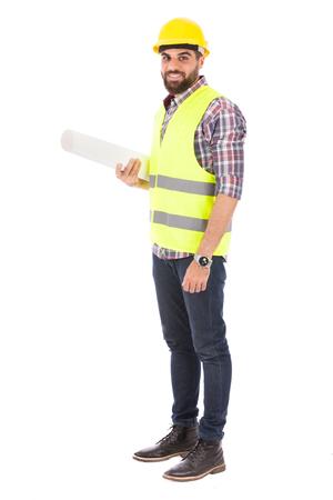 웃 고지도, 흰색 배경에 고립 된 노란색 조끼와 헬멧, caro 셔츠와 청바지를 착용하는 사람을 들고 행복 수염 엔지니어