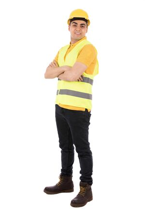 웃 고 들고 서 자신감을, 노란색 티셔츠와 청바지를 입고 남자 노란색 조끼와 헬멧, 흰색 배경에 고립 된 행복 젊은 엔지니어의 전체 길이 쐈 어. 스톡 콘텐츠