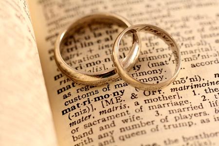 上に 2 つの結婚指輪を使用してディクショナリの言葉結婚