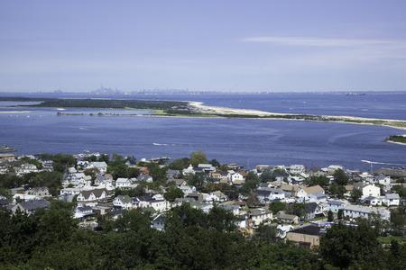 Een bezichtiging van de Twin Lights in the Atlantic Highlands, met uitzicht op de Highlands en Sandy Hook, New Jersey; in de verte, kunt u New York City te zien; Kijk goed en je kunt de drukke stranden van deze populaire Jersey Shore locatie Foto in zien Redactioneel