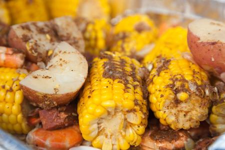 maiz: Un pa�s bajo tradicional hervir con papas rojas, ma�z en la mazorca, y camarones. Todo est� sazonada a la perfecci�n con especias caj�n. Foto de archivo