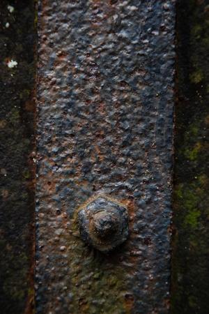 suspenso: Los detalles de óxido y el deterioro en la antigua puerta de hierro; imagen vertical Foto de archivo