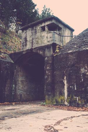 suspenso: Decadente estructura en la base militar; imagen vertical