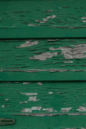 suspenso: Peeling pintura verde en el revestimiento de madera vieja; imagen vertical