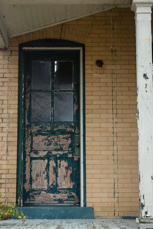 suspenso: pintura en la vieja puerta verde que se pela; imagen vertical Foto de archivo