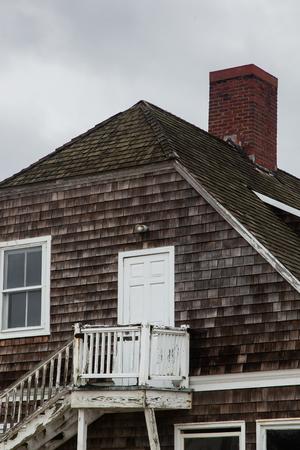 suspenso: Edificio abandonado junto al mar con el cielo sombrío