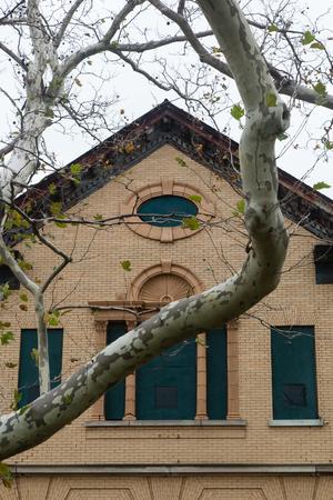 suspenso: Detalles de un edificio militar a trav�s de los �rboles del invierno Foto de archivo