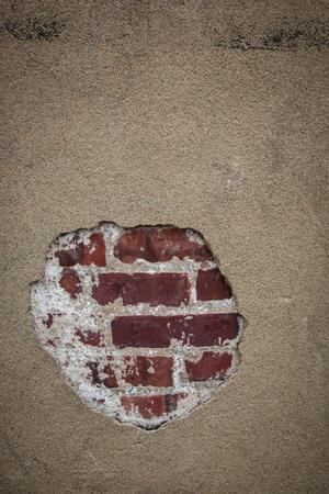 suspenso: Ladrillo a trav�s de una rotura en un muro de hormig�n