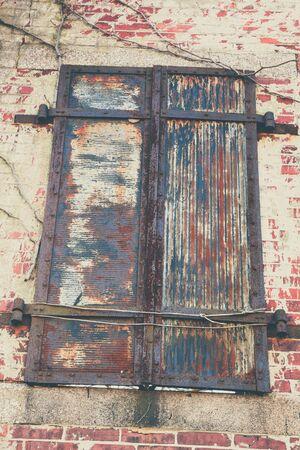 suspenso: persianas de metal, en un estado de descomposici�n, en un antiguo fuerte militar.