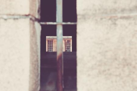 suspenso: Una vista a través de una ventana vieja fortaleza militar. Se puede ver claramente a través de las ventanas en el otro lado.