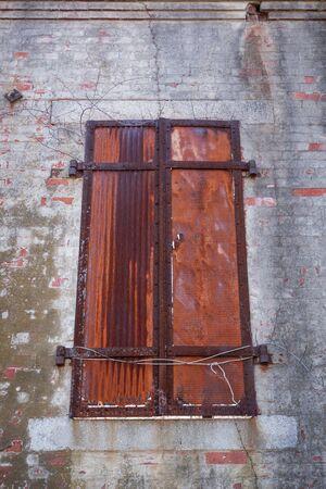 suspenso: persianas de metal, en un estado de descomposición, en un antiguo fuerte militar.
